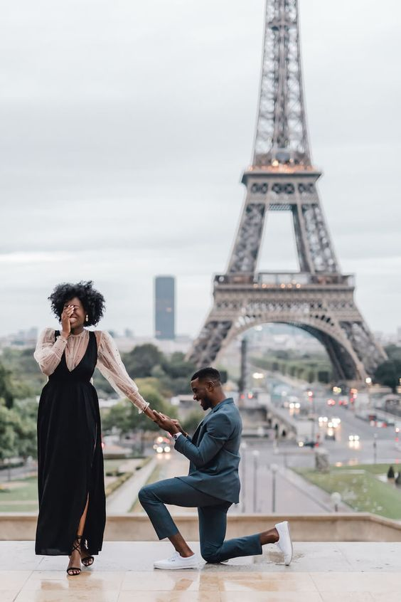 man proposing to his girlfriend in front of the Eiffel Tower